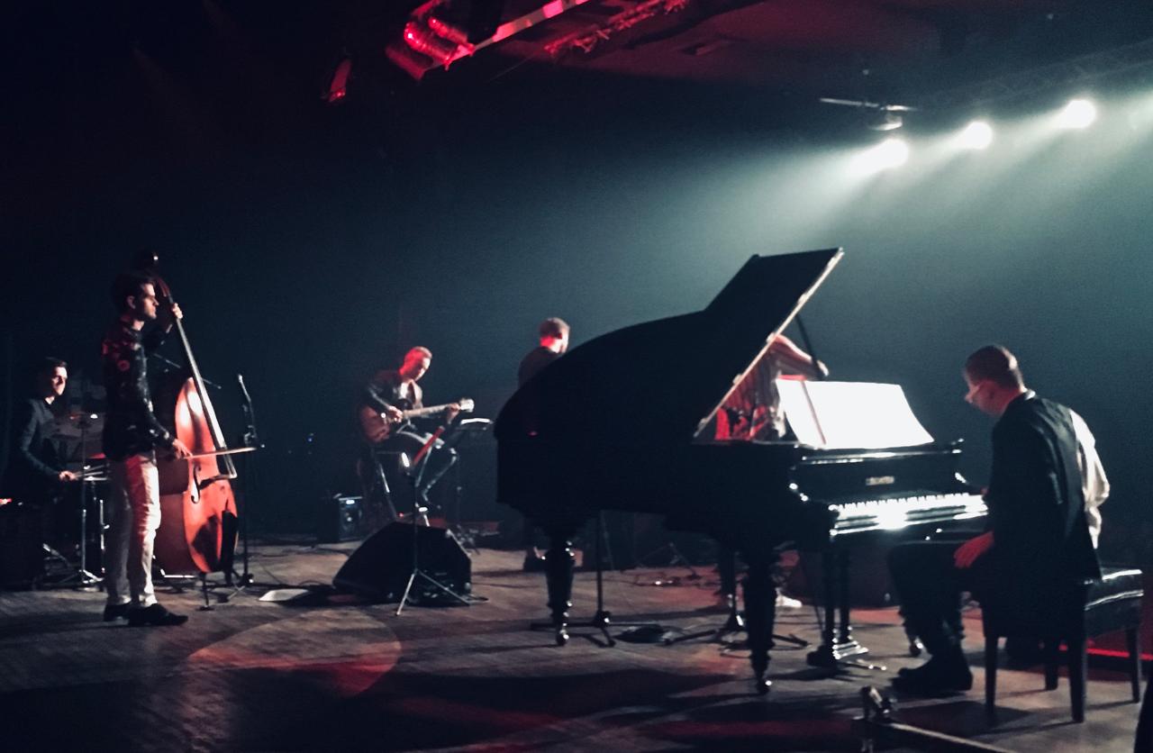 Zdjęcie z tyłu sceny na koncercie Bandonegro w Klubie Stodoła 2019r