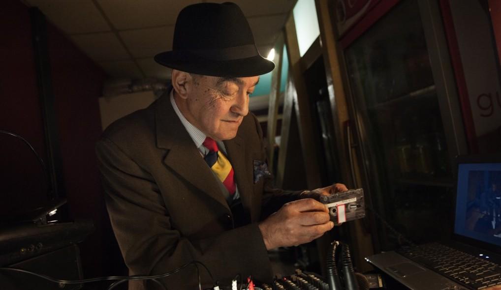 Na zdjęciu Felix Picherna. Dj tanga ze swoimi sławnymi kasetami
